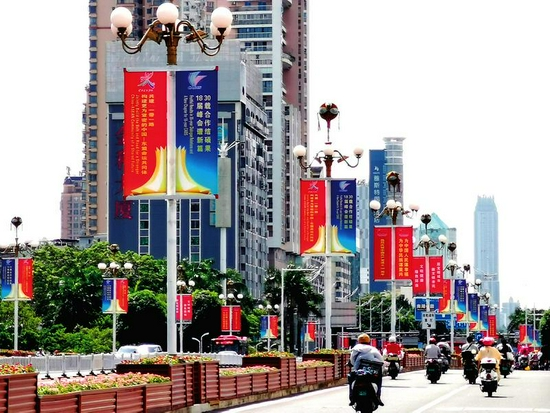 民族大道整齐悬挂东博会及峰会的宣传标语牌