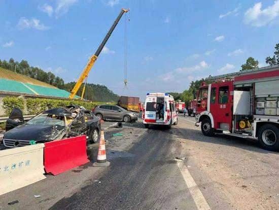 兰海高速广西钦州段交通事故致5死11伤 道路拥堵请绕行