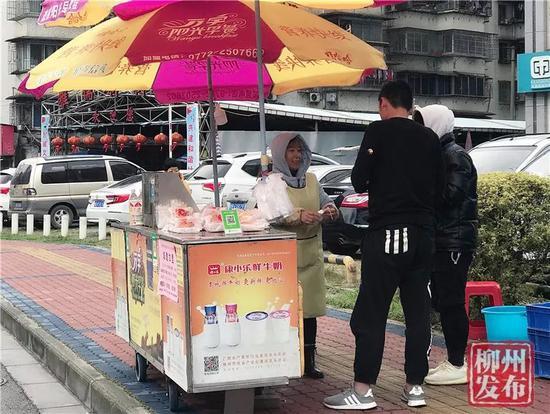 熊胜连忙着卖早餐