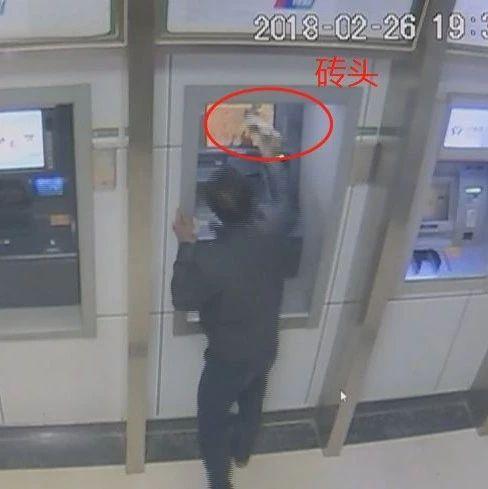 惊了!桂林一男子朝ATM喊话取钱不成 竟连砸4台柜机
