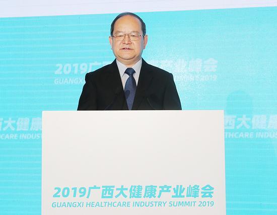 自治区党委书记、自治区人大常委会主任鹿心社在会上致辞。