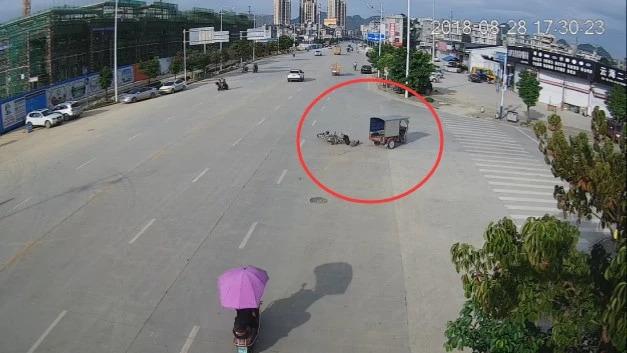 把生命当儿戏!百色男子骑摩托车过路口横冲直撞