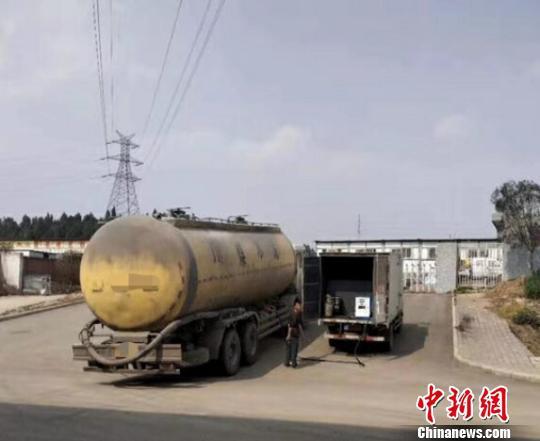 """厢式货车变身""""移动加油站""""。绵阳交警直属二大队"""