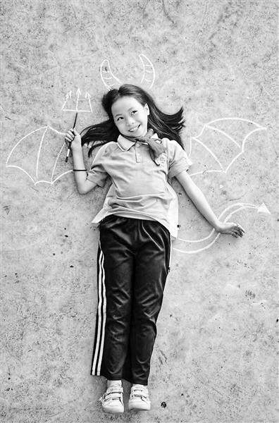 支教老师为学生拍摄的创意粉笔照