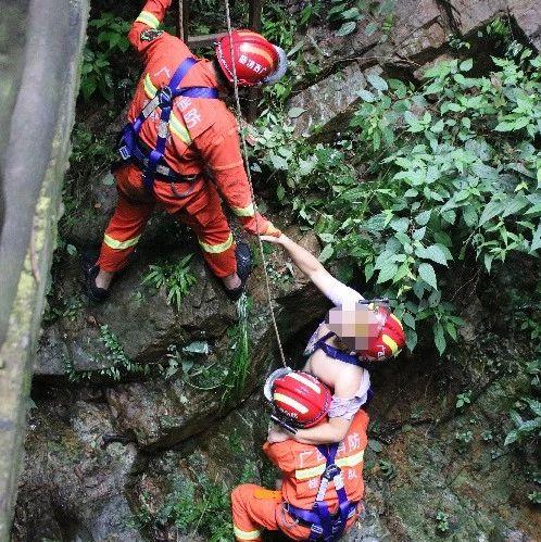 桂林神岭瀑布风景区内有游客坠崖 消防索降救人