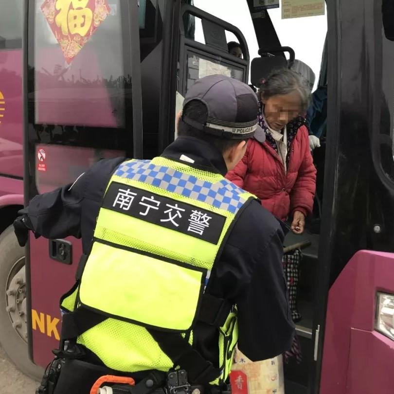 暖心!老人迷路走上高速 南宁交警警车护送+预约客车