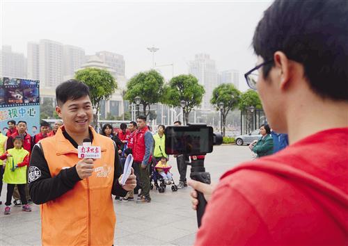"""记者在视频直播""""公共自行车守护侠""""志愿服务活动"""