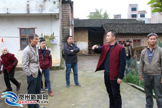 沙田镇副镇长徐穗军正周知群众。