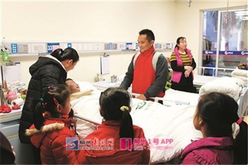 小姿婷的同学和老师一起到医院来看望她的爸爸