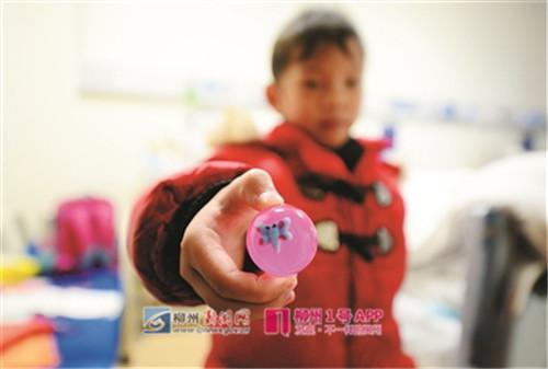 这个弹弹球是老师奖励的,这也是小姿婷唯一的玩具