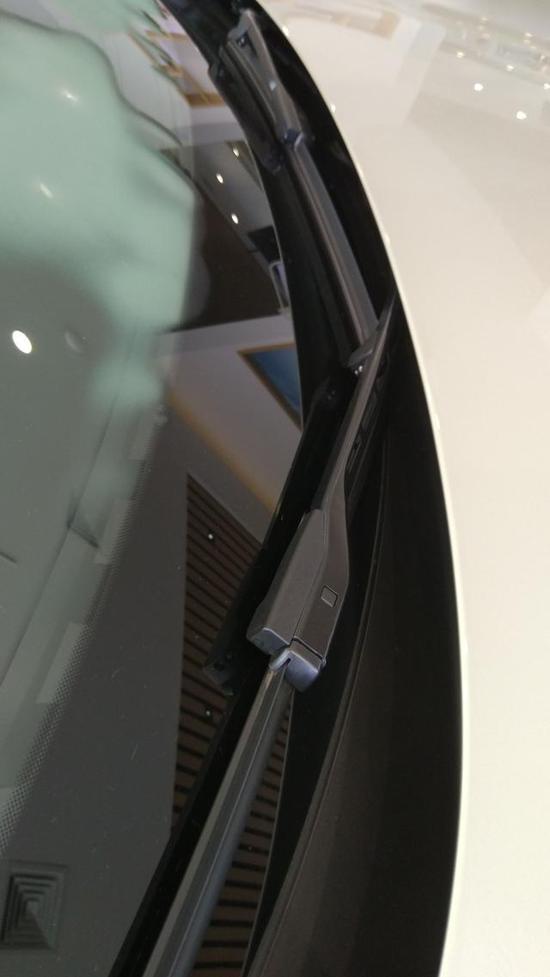 后视镜设置在车门边上,这样的好处是减少A柱区域的的盲区,并且雨天行车能有效疏导雨流 。