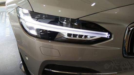 直瀑式高光镀铬格栅,运用大量水平线条使得前脸的视觉看起来更为宽厚。