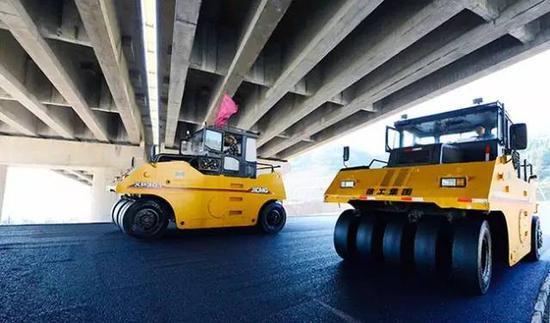 而桂三高速三江段路基建设已全部完工,现已进入路面沥青摊铺及配套设施推进阶段。