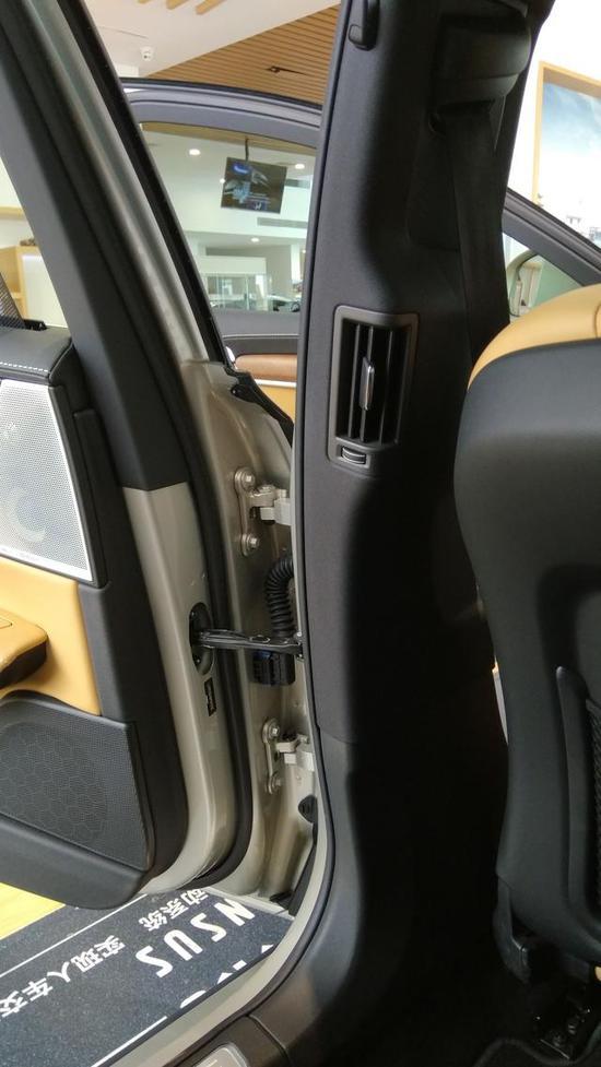 前排座椅还拥有45种电动按摩组合,并且专门征询骨科医生意见,打造出最舒适的人体工程学座椅。
