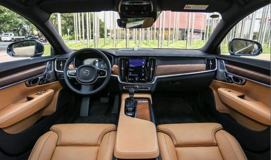 "S90还搭载了主动式座舱清洁系统,就像一个会思考的森林,实时监测车内空气通过""呼吸""高效过滤有害气体和颗粒物。"