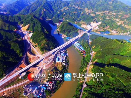 """无人机航拍正在建设的桂林至三江高速公路龙胜段。被誉为""""串起桂北最美风景带""""的桂林至三江高速公路主线长137公里,力争今年实现竣工通车。通讯员潘志祥 摄"""