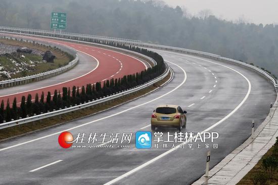 车辆在灌阳至凤凰高速公路上行驶。通讯员王滋创 摄