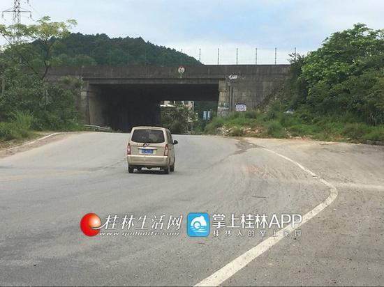 车辆转弯后,进入突然变窄的桥下道路,是发生交通事故的一大隐患。首席记者申艳 摄