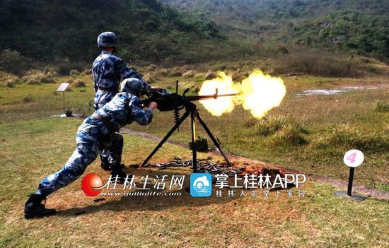 实弹射击训练。