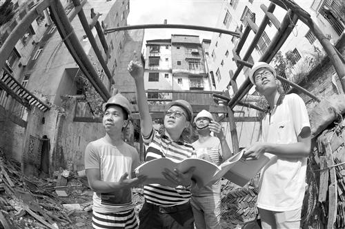 ▲施工人员现场研究修缮方案。