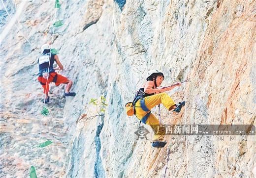 """攀岩精英在马山县古零镇三甲屯的悬崖峭壁一决高下。随着各种赛事的连续举办,""""旅游+体育""""已成为当地经济发展的新动力。黄羽 摄"""