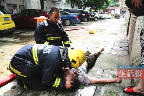 消防官兵正在救治已昏迷的被困人员