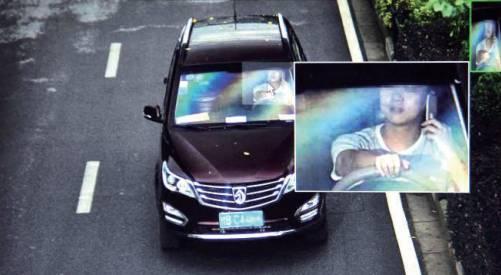 一名驾驶员在行车途中打手持电话。