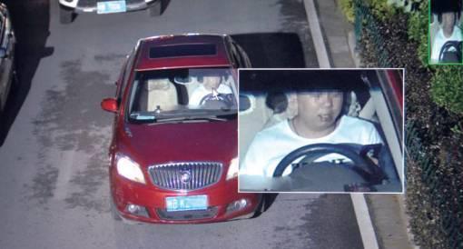 一名驾驶员在行车途中不系安全带且玩手机。