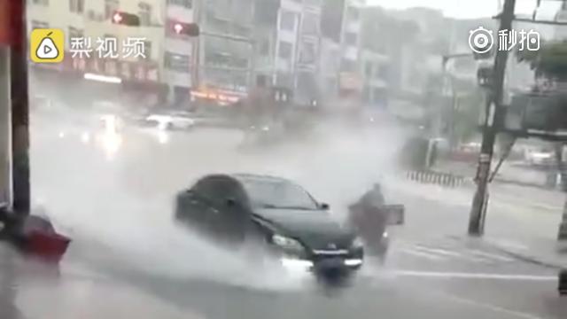 心疼!广西一外卖小哥等红绿灯 被疾驰轿车浇湿全身