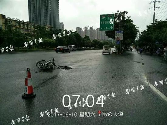 ▲事故现场图片显示,两辆车相距有10多米远。