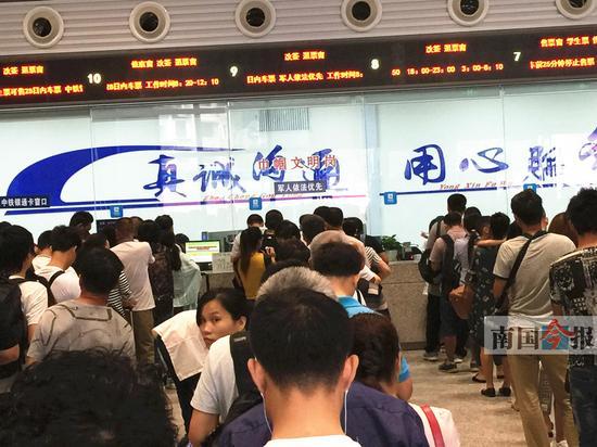 因列车大面积晚点,改签退票窗口排满了旅客。记者岑琴 摄