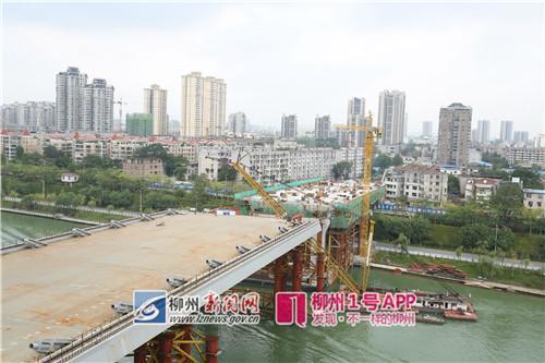 9月11日,施工稳步进行,图为还有1节就合拢的主桥桥面