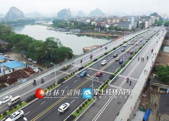 漓江桥扩建工程完工正式通车,方便了市民出行。