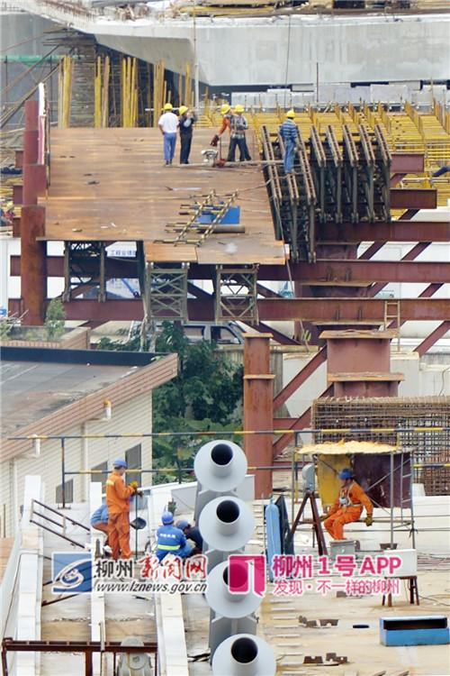 9月11日,工人们在主桥桥面上进行施工。