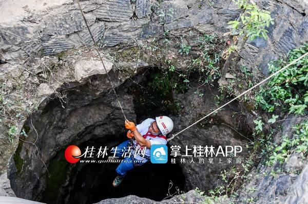 从南宁赶来的文物考古专家正在下井去查看骸骨。记者游拥军实习生谢汶宏摄