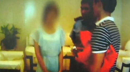 在父母及民警的劝说下,小红最终同意跟着父母返回了芜湖老家。民警嘱咐她的爸爸,因为女孩有特殊情况,要加强和她的沟通和疏导。