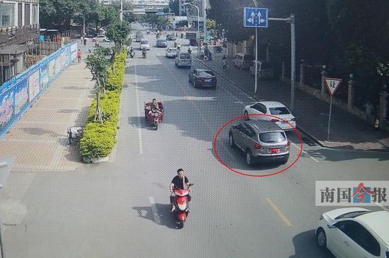被文胸遮挡车牌的SUV。监控视频截图
