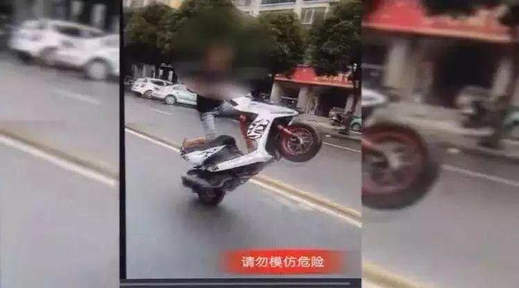 """嚣张!少年路上花式骑摩托 声称""""挑战全百色交警"""""""