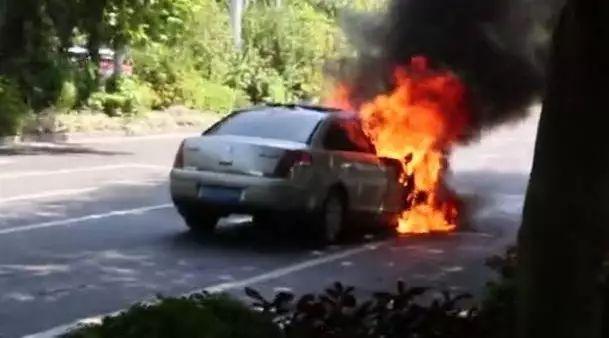 热炸了!南宁一天3辆小车自燃烧成空壳 接下来还要热