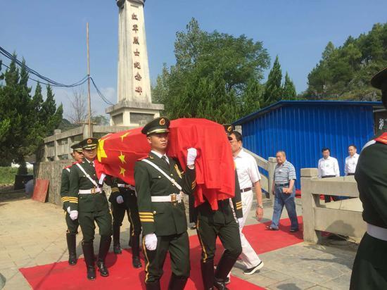 广西:遭捆绑沉井红军遗骸今日在酒海井烈士公园安葬