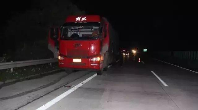 """两辆货车高速发生事故 柳州交警助司机""""捡""""回20万"""
