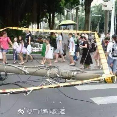 惊险!南宁民族大道一路口电杆半悬空中 封了一条路