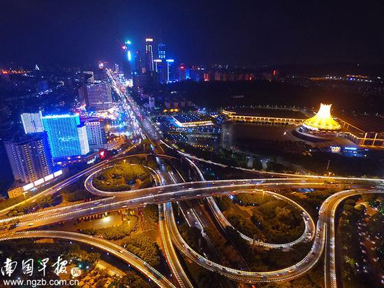 【音符】竹溪立交桥夜景,宛如都市中的音符。