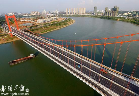 【彩桥】 暖色调的良庆大桥和夕阳很配。