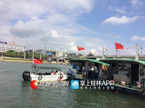 国庆假期,解放桥下的码头,正在等待游客上船的游船