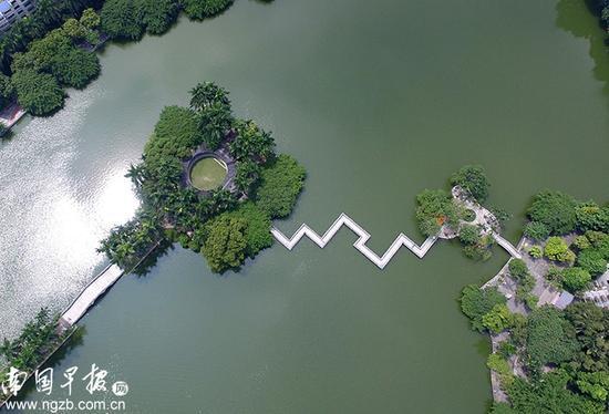 【湖心】 人民公园九曲桥,承载着不少老真人娱乐平台的美好回忆。