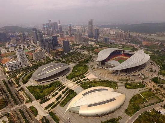 """▲亚洲真人娱乐平台体育中心,主体育场顶部造型犹如两片飘动的""""绿叶"""",造型优美而新颖。"""