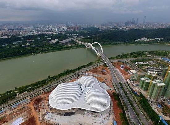 ▲正在建设中的广西文化艺术中心,白色建筑造型独特,3 个单体钢屋盖似云状。