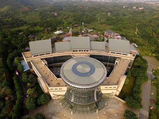 ▲亚洲真人娱乐平台民族博物馆,主体建筑外形取材于富有亚洲真人娱乐平台地域特色和民族特色的铜鼓。