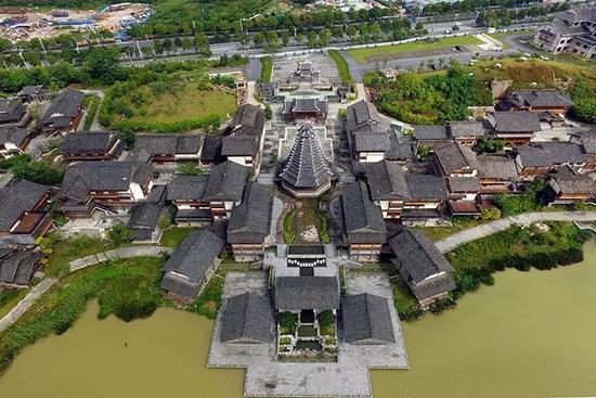 ▲相思湖·红豆风情街,以桂北民居建筑风格为主体,依山傍水,别具风情。